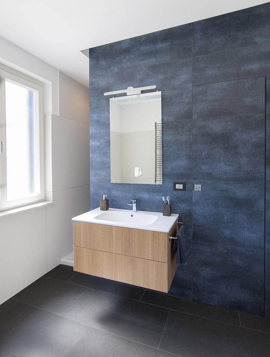 appartamento-spazio-blu-pucciarelli-architetti-moderno-design-bagno-blu