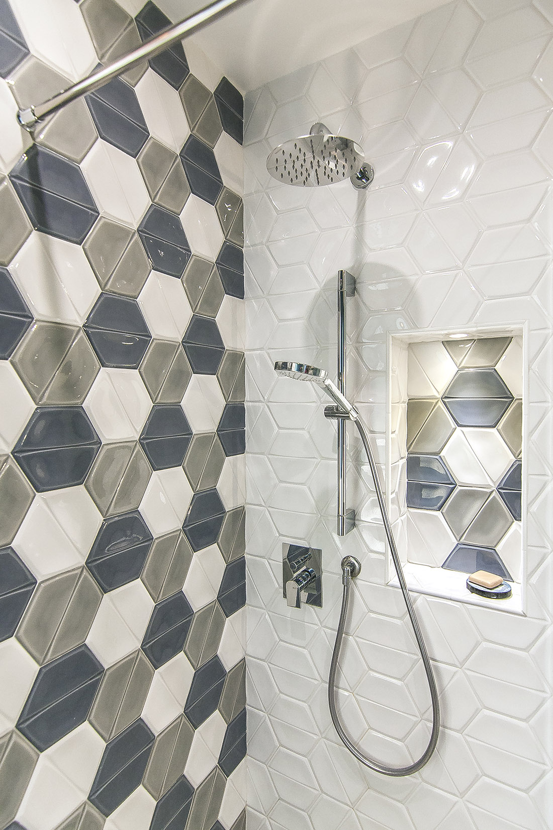 casa-tao-napoli-tufo-a-vista-recupero-moderno-pucciarelli-architetti-bagno-rivestimento-nicchia-doccia