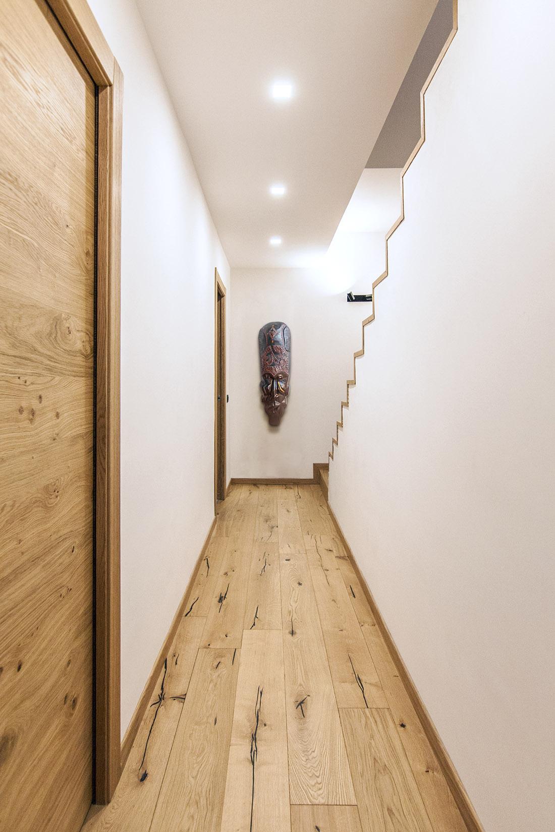 casa-tao-napoli-tufo-a-vista-recupero-moderno-pucciarelli-architetti-corridoio-parquet