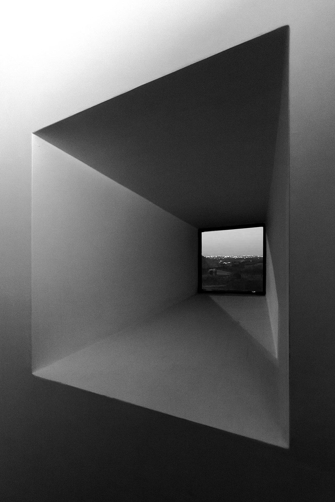 casa-tao-napoli-tufo-a-vista-recupero-moderno-pucciarelli-architetti-finestra-bnw