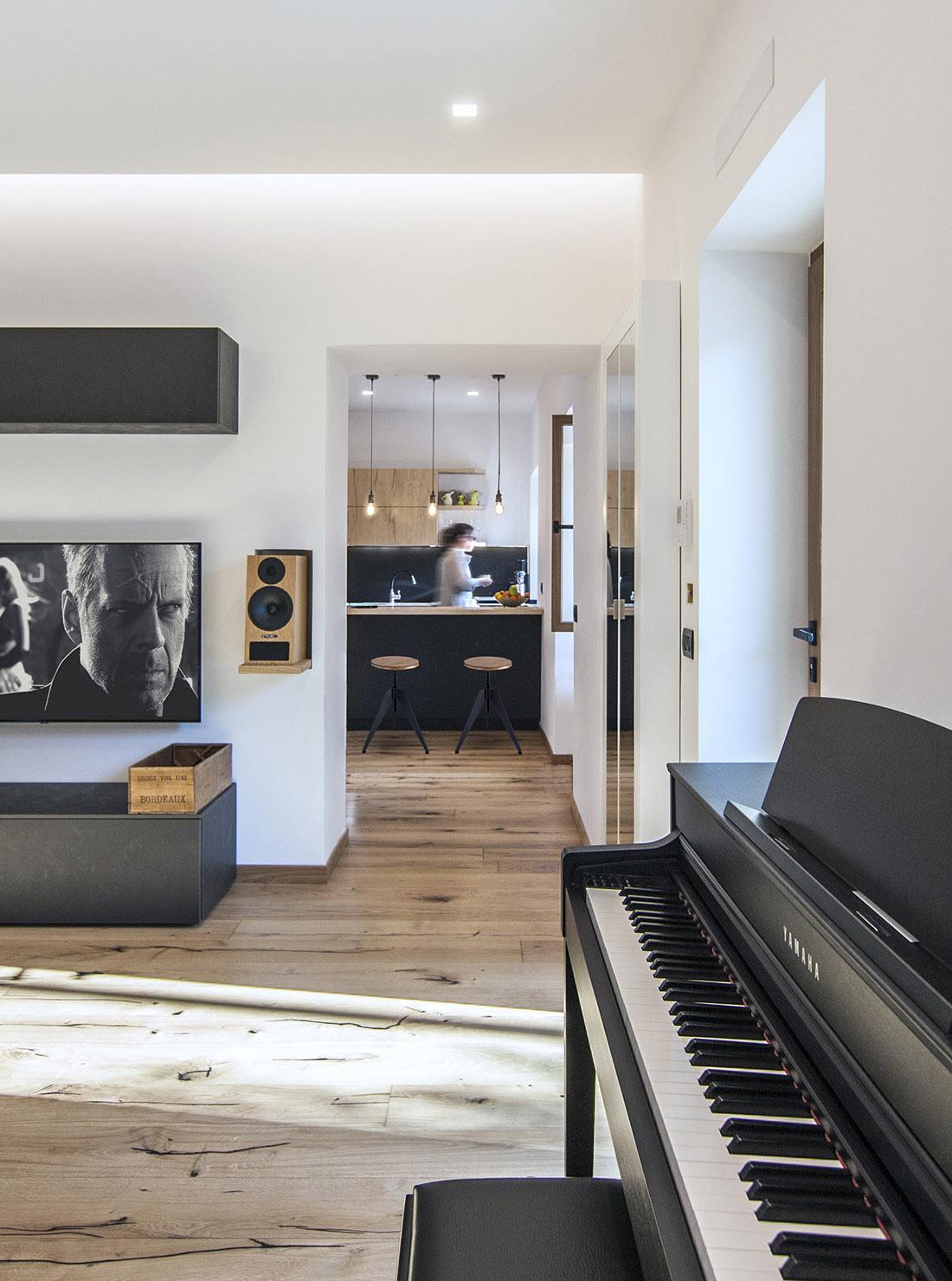 casa-tao-napoli-tufo-a-vista-recupero-moderno-pucciarelli-architetti-pianoforte-soggiorno