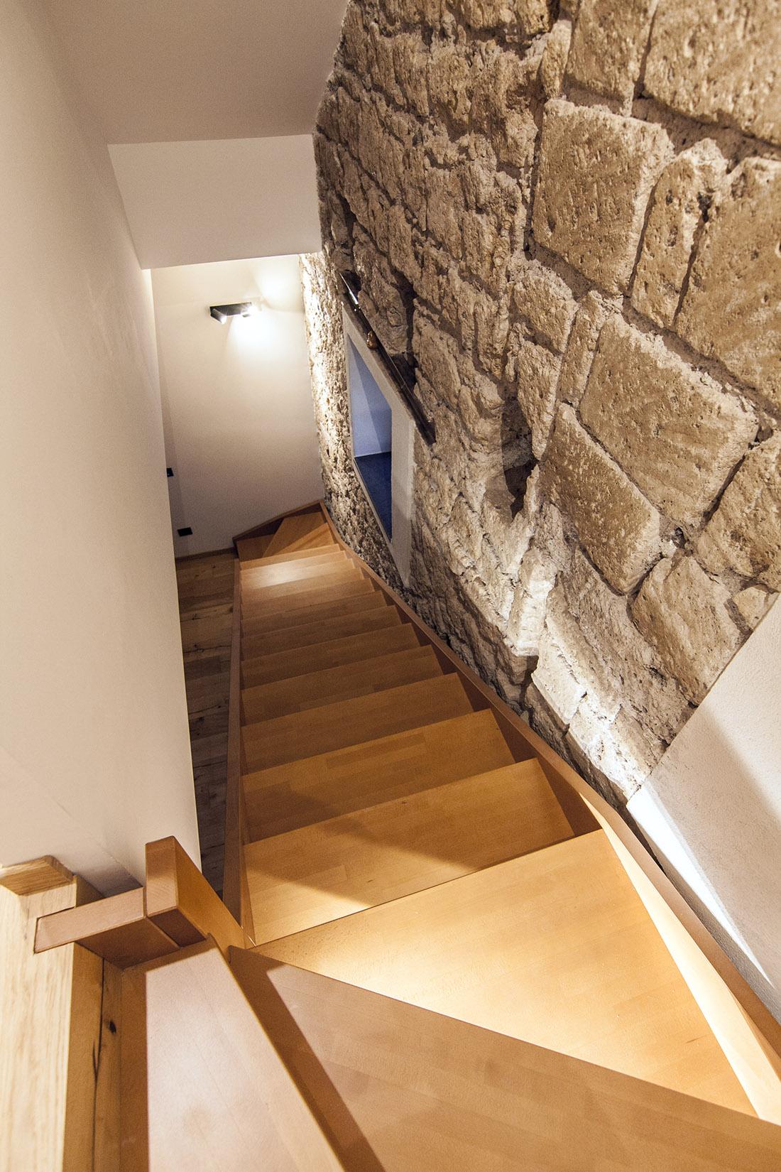 casa-tao-napoli-tufo-a-vista-recupero-moderno-pucciarelli-architetti-scala-legno-2