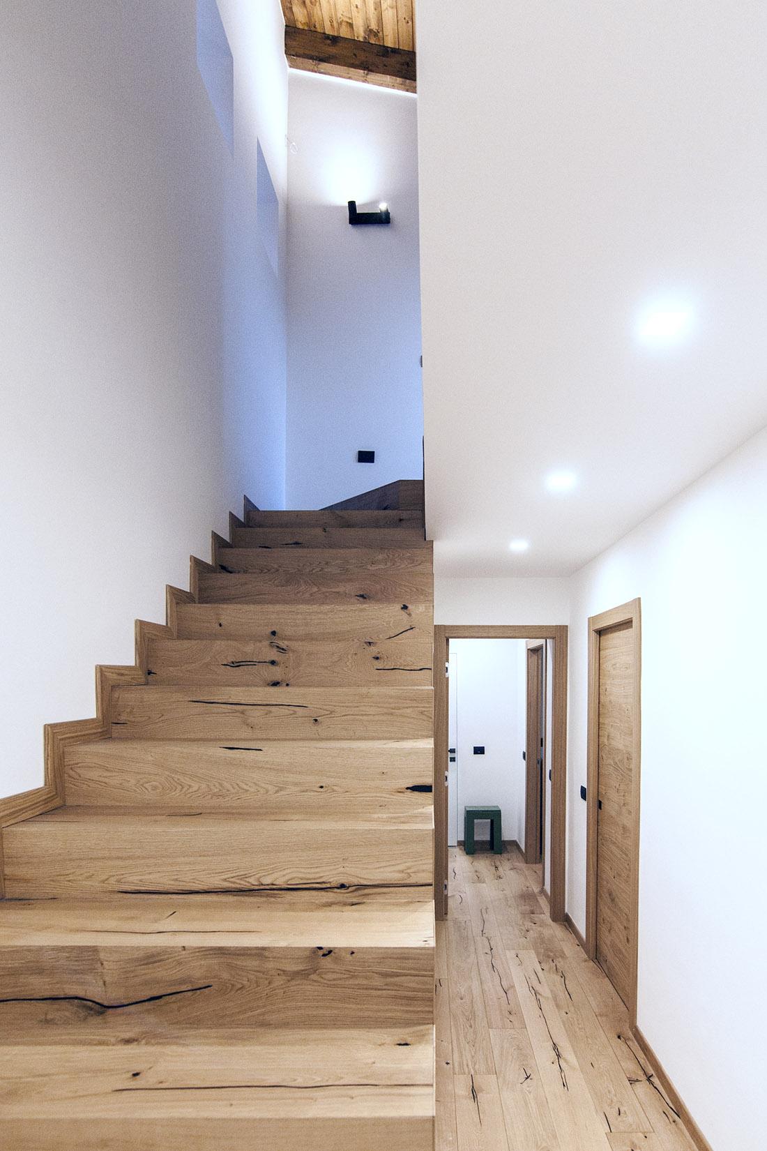 casa-tao-napoli-tufo-a-vista-recupero-moderno-pucciarelli-architetti-scala-legno