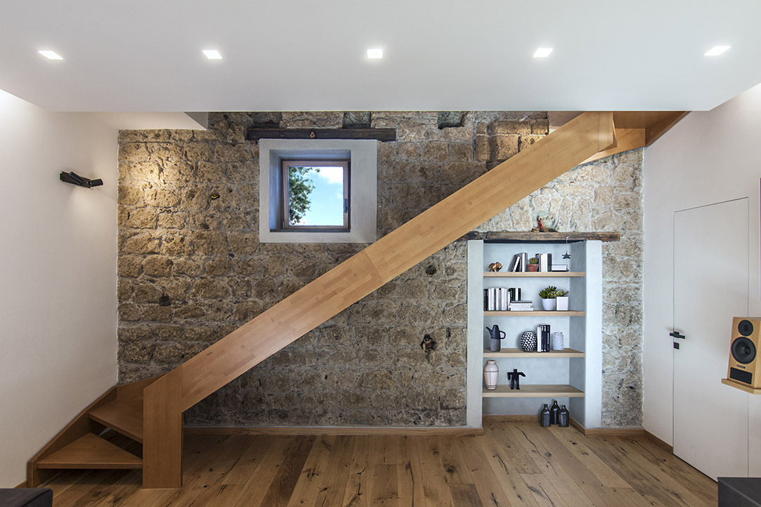 casa-tao-napoli-tufo-a-vista-recupero-moderno-pucciarelli-architetti-scala-soggiorno-2