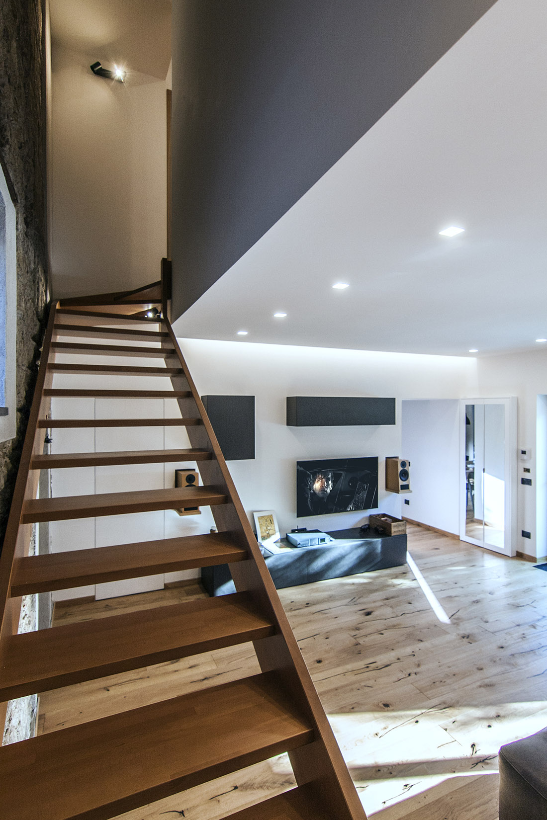 casa-tao-napoli-tufo-a-vista-recupero-moderno-pucciarelli-architetti-scala-soggiorno-3
