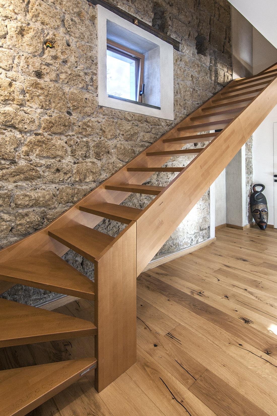 casa-tao-napoli-tufo-a-vista-recupero-moderno-pucciarelli-architetti-scala-soggiorno-4