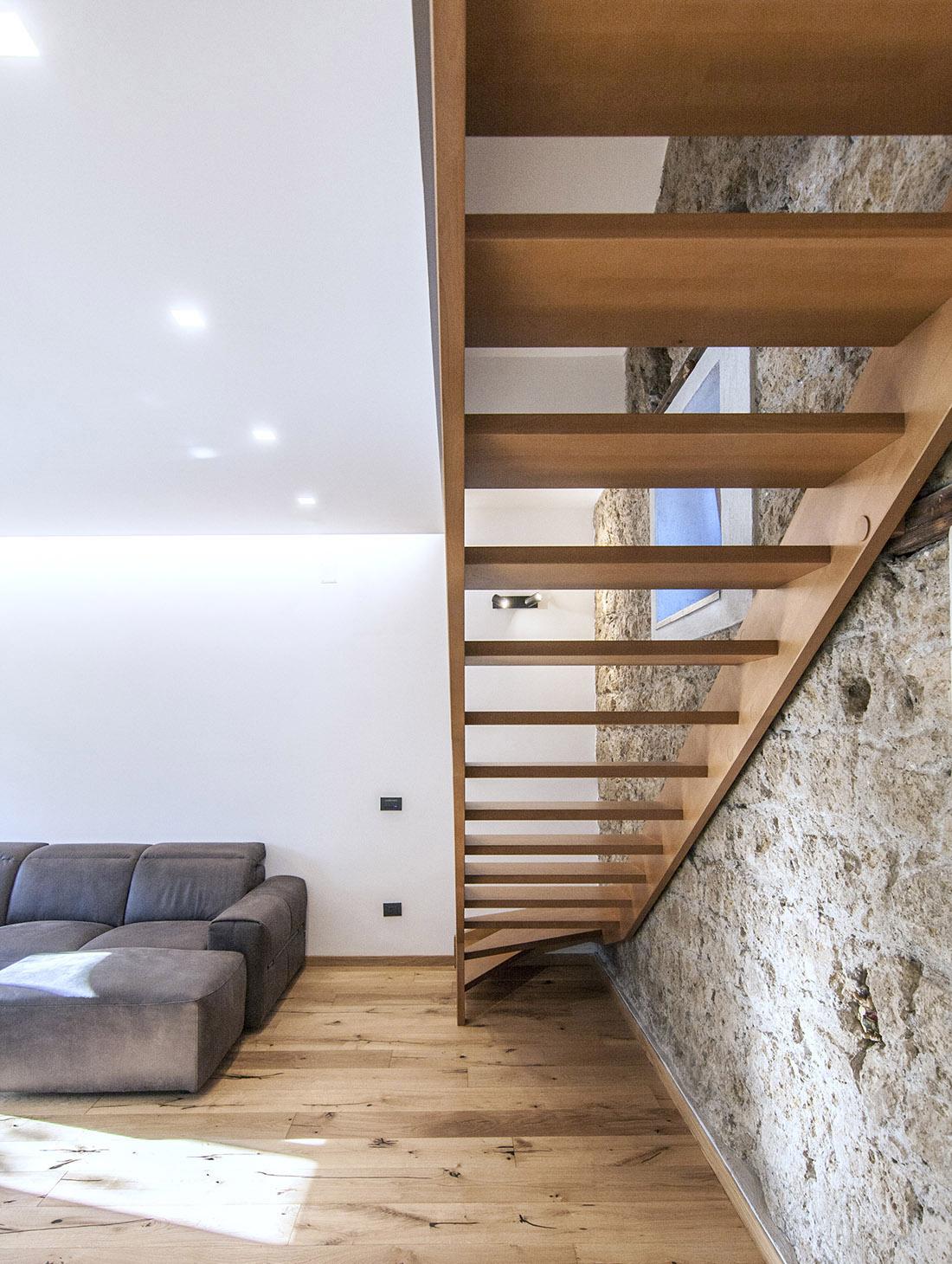 casa-tao-napoli-tufo-a-vista-recupero-moderno-pucciarelli-architetti-scala-soggiorno-5