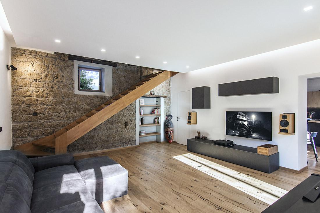 casa-tao-napoli-tufo-a-vista-recupero-moderno-pucciarelli-architetti-scala-soggiorno