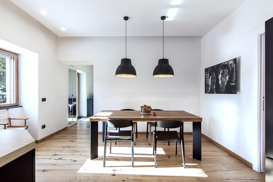 casa-tao-napoli-tufo-a-vista-recupero-moderno-pucciarelli-architetti-tavolo